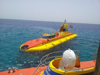 Подводная лодка Синбад подплывает