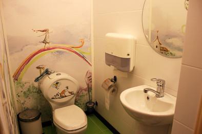Туалет в коридоре, ведущей к детской комнате