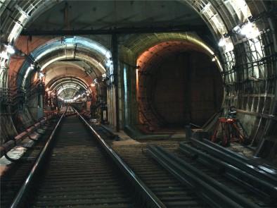 Разделяющая два тунеля стена