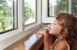 Ребенок выпал из окна, но не разбился, а был удачно подхвачен прохожими