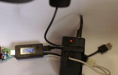 Нагрузка 0.8А: сила тока падает до 0.56А, напряжение - до 4.42В