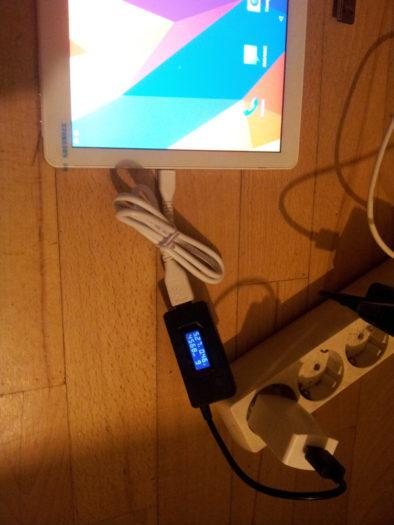 Подключенный к родному заряднику планшет