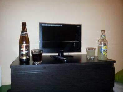 Размер телевизора рядом с бутылкой пива