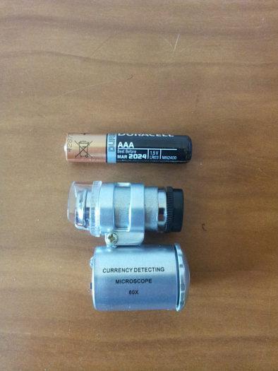 Микроскоп в сравнении с ААА батарейкой