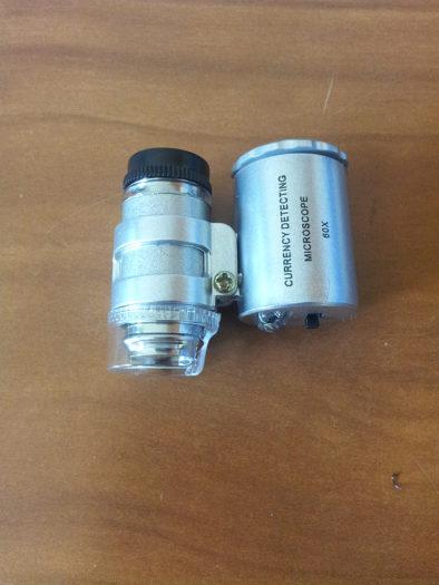 Два блока микроскопа: слева - окуляр, справа - подсветка