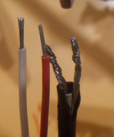 Сравнение - слева новый кабель, справа - родной
